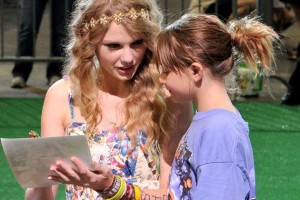 0708_taylor_swift_autographs_970-630x420